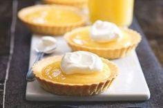 Citronový krém neboli lemon curd | Apetitonline.cz Sweet Desserts, Dessert Recipes, Dessert Ideas, Sweet Bakery, Healthy Cake, Lemon Curd, Something Sweet, Cookie Decorating, Minis