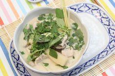 Tom Kha Kai, een Thaïse maaltijdsoep, behoort tot één van de lievelingsrecepten van Ann Tuts. Sofie maakt deze Oosterse lekkernij natuurlijk met veel plezier klaar voor haar.