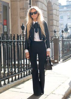 jaqueta de couro, calça preta, camisa branca e gravatinha