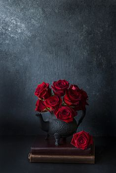 Red Roses - 2017 by Simi Jois Flower Wallpaper, Nature Wallpaper, Iphone Wallpaper, Love Rose, Love Flowers, Mises En Page Design Graphique, Flower Aesthetic, Dark Photography, Flower Backgrounds