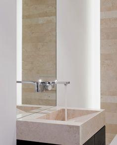 Elegant Die Bauherrin entschied sich f r eine einteilige Naturstein Duschtasse in Travertin Ein offenes Bad mit begehbarer Dusche aus Naturstein berzeugen von A Z