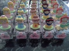"""lembrancinha de aniversário com o tema """"as princesas"""" com os personagens Brancade Neve, A Bela, Bela Adormecida e Pequena sereia, ou a minie baby,todas feitas em biscuit montada na caixinha de acrílico (4×4)."""