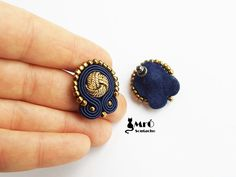 Navy blue and gold earrings made soutache embroidery method Earrings are very light and very grateful. In the center is a gold button. Length of earrings cm.( inch) Earrings finished with navy blue felt. Fabric Jewelry, Clay Jewelry, Diy Earrings, Gold Earrings, Soutache Necklace, String Of Pearls, Earring Cards, Imitation Jewelry, Jewelry Making Tutorials