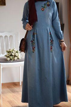 This Pin was discovered by MUS Muslim Women Fashion, Indian Fashion Dresses, Abaya Fashion, Modest Fashion, Long Dress Design, Stylish Dress Designs, Stylish Dresses, Navy Floral Maxi Dress, Moslem Fashion