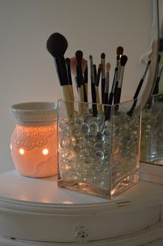 DIY: Easy Makeup Brush Holder Tutorial- you know, in case I ever have more than like 5 make up brushes and can't store them XD Diy Makeup Brush, Contour Makeup, Makeup Brushes, Makeup Tips, Makeup Tutorials, Makeup Ideas, Paint Brush Holders, Makeup Brush Holders, Make Up Storage