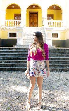 produzir.me #skirt #printedskirt #floweredskirt #pinkshirt #shirt #camisa #camisapink #saia #saiaestampada #estampafloral #studdedsandals #schultz #clutchacrilico #clutch