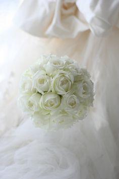 白のバラはシャインホワイト、その輝く白のバラで作るブーケは、小さなお月様のようです。最近、ブーケの背景にちょっとドレープやレースのようなものが写っています...