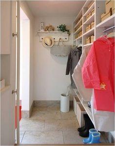"""土間続きの収納+家族専用の内玄関。 シュークロが、""""わが家の顔""""を美しく保ちます。"""