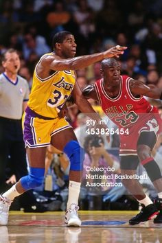 Fotografia de notícias : Magic Johnson of the Los Angeles Lakers passes...