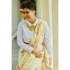 Have a look at the latest blouse designs trends for this year. Blouse Back Neck Designs, New Saree Blouse Designs, Saree Blouse Patterns, Sari Blouse, Trendy Sarees, Stylish Sarees, Fancy Sarees, Saree Draping Styles, Saree Styles