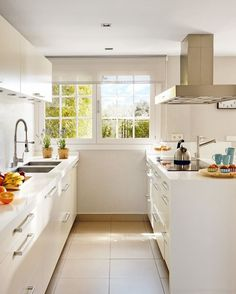 Descubre sencillas técnicas y trucos para realizar la decoración de cocinas alargadas y estrechas, además de como decorar cocinas pequeñas modernas.