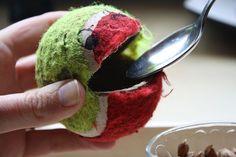 Für dieses Feinmotoriktablett benötigen Sie: einen alten Tennisball, einen schwarzen Edding (oder Klebeaugen), einen kleinen Behälter mit Füllmaterial (zum Beispiel Kerne/Muggelsteine,usw.) und ein...