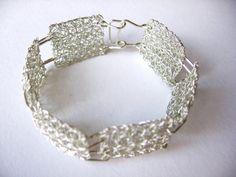 Bracciale argento handmade del crochet. Non-appannamento, filo di rame argentato rettangoli è circa 0.70 x 0,78 pollici / 1.8 x 2.0 cm grande. Individualmente sono realizzati e Uniti insieme con anelli di filo di rame argentato non offuscare. Ogni rettangolo è composto da due strati. Le due estremità del bracciale sono unite con una fibbia di colore argento, fatto a mano. Questo pezzo è molto elegante. Il braccialetto non deve essere lavato come colore argento potrebbe essere strofinato ...
