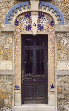 Porte/door. Early 20th century. Adresse : 4, rue Camille-Clément, Ermont, France Datation XXe siècle Cette porte, qui donne accès à un petit immeuble en meulière, est inspirée du style Art nouveau.