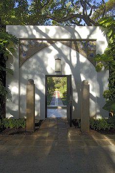 The entrance to the Mughal Garden, with the tile spandrel still installed, 2006. Doris Duke Foundation for Islamic Art, Honolulu, Hawai'i. (Photo: David Franzen, 2006.)
