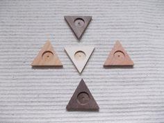 kolmiomuotoinen täytettävä korupohja,puutyö, korupohja, puutyö, puuesine, puutuote, puukoru, kapussipohja, täytettävä korupohja riipus, korupohja koruharsitöihin, puinen korupohja, puinen harrastustarvike, askartelutarvike, ripuspohja, Siihen mahtuu keskelle 20 mm kuva, tekstiilityö tai kapussi Koko: 5.3 cm x 5.3cm X 5.3 cm https://www.etsy.com/listing/171221517/5-p-unfinished-wooden-triangle?ref=related-0