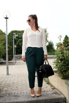 Businesslook with Green Chino trousers, Volant Shirt and Givenchy Antigona