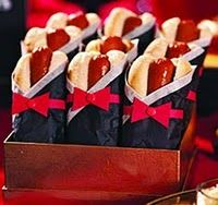 Movie Night Party dressed up hot dogs - Oscar party maybe? Hot Dogs, Mini Dogs, Deco Cinema, James Bond Party, Red Carpet Party, Movie Night Party, Movie Nights, Oscar Party, Casino Party