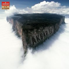 El monte Roraima, con 2810 m, es el punto más alto de la cadena de mesetas entre Venezuela y Brasil en América del Sur con acantilados de 400 metros de altura por todos sus lados. Las cimas de las mesetas del parque se consideran algunas de las formaciones geológicas más antiguas de la Tierra, que se remontan a unos dos mil millones de años, en el Precámbrico.