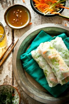 Summertime Summer Rolls - Ingredients: One carrot, julienned One zucchini, julienned Handful of fresh arugula Half an avocado, sliced One tablespoon fresh dill, chopped Rice or tapioca paper. Asian Recipes, Healthy Recipes, Ethnic Recipes, Asian Foods, Healthy Meals, Healthy Eating, Rice Paper Rolls, Good Food, Yummy Food