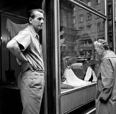 1970. Kígyó utca Váci utca sarok. Bozsik József (az Aranycsapat egykori játékosa) kötöttáru boltja ajtajában. Utca, Budapest Hungary, Retro, Mid Century