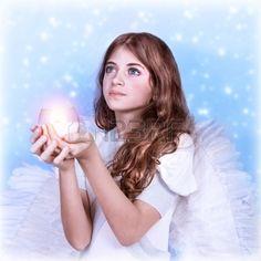 Primer retrato de la peque a ngel que mira hacia arriba sosteniendo una vela en…