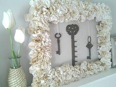 Suas chaves organizadas e a parede decorada.