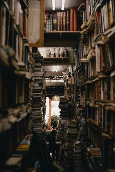 Book Aesthetic, Aesthetic Vintage, Aesthetic Photo, Aesthetic Pictures, Aesthetic Light, Different Aesthetics, Old Libraries, Slytherin Aesthetic, Close Up Photography