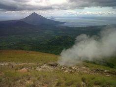 """Panorámica desde el volcán el Hoyo.""""Nicaragua tierra de lagos y volcanes""""."""