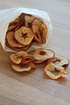 appelchips! Lekker en gemakkelijk. Dunne appelschijfjes op bakpapier in de oven leggen. 4 tot 5 uur op 100 graden.