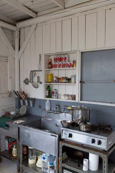 業務用のステンレスのシンクを並べただけの、料理を作る基地っぽさがいい。