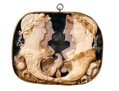 La Gema Claudia representa a Agripina la Menor, madre de Nerón, con su esposo Claudio y sus padres, Germánico y Agripina la Mayor.