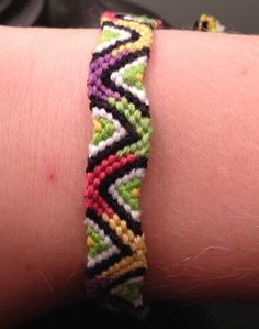Photo by etyra Friendship bracelet pattern 5661 #friendship #bracelet #wristband #craft #handmade #diy #doityourself #howto #instructions #hobby #tutorial #pattern #braceletbook #diamonds #zig #zag #triangles