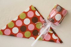 Sewing Gift Fab Fat Quarter Lollipops - Now here's one quilted gift we'd like to get! You can give any of your fabric-loving friends fat quarter quilt patterns in these adorable packs that you'll make yourself. Small Quilted Gifts, Small Gifts, Retreat Gifts, Retreat Ideas, Fabric Crafts, Sewing Crafts, Kid Crafts, Fabric Display, Fat Quarter Quilt