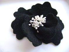 Broches fleurs, Grande broche en laine noire avec pistils blancs est une création orginale de AlexandraFamer sur DaWanda