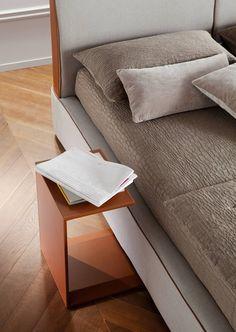 Servetto Chaarme  Servetto: dem Nachttisch war die Suche nach einem Design immer piùminimalista und verfeinert. Hat eine Struktur, in der Teilchen von gepresstem Holz und einer Beschichtung gebunden Leder oder Echtleder, die ein raffiniertes und elegantes Design zu geben.  http://www.storeswiss.com/de/prod/schlafzimmer/nachttische-und-nachtkonsolen/servetto-chaarme.html