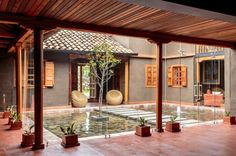 Casa de barro con patio central U Shaped House Plans, U Shaped Houses, Chinese Courtyard, Interior Garden, Home Interior Design, Patio Central, Internal Courtyard, Rural House, Wooden Room
