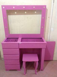 Penteadeira camarim pequena de mdf laqueada em rosa.