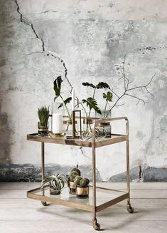 Køb Nordal TROLLEY rullebord i messing med glas - cm her. Bar Cart Styling, Bar Cart Decor, Diy Bar Cart, Home Interior, Interior Decorating, Interior Design, Decorating Games, Gold Bar Cart, Room With Plants