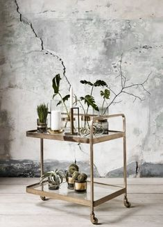 Køb Nordal TROLLEY rullebord i messing med glas - cm her. Bar Cart Styling, Bar Cart Decor, Home Interior, Interior Decorating, Interior Design, Decorating Games, Gold Bar Cart, Room With Plants, Shabby Vintage