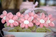 Un Candy Bar es una mesa para que tus invitados se sirvan las gominolas que más les gusten.Es una idea genial para bodas, comuniones o incluso cumpleaños. Candy Party, Party Favors, Candy Bar Comunion, Sweet Trees, Candy Cakes, Chocolate Bouquet, Festa Party, Candy Bouquet, Ideas Para Fiestas