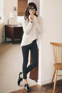 Business casual work outfit: white sweater, black and white polka dot pants, black oxfords. Mode Outfits, Casual Outfits, Fashion Outfits, Fashion Ideas, Geek Chic Outfits, Fashion Pants, Casual Wear, Fall Outfits, Oxford Shoes Outfit