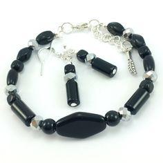 Komplet biżuteriidamskiej wykonany ręcznie. Kolczyki i bransoletkaz czarnych koralików szklanych jablonex, srebrnych kryształków i elementów w kolorze srebrnym.