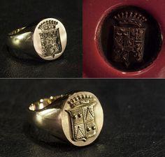 """In alto un anello a sigillo in oro con la sua ceralacca di prova. In basso un anello a sigillo """"a vista"""" ossia in positivo da non usare per creare ceralacche."""