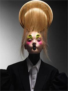 Onirico, sognatore, creativo. Amato dagli stilisti più à la page, Bob Recine è un maestro dell'hair style.
