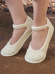 ANNIE'S SIGNATURE DESIGNS: Summer Slippers Crochet Pattern https://www.anniescatalog.com/detail.html?prod_id=131710