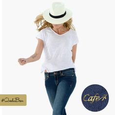 2 formas de usar un jean claro: 1. Look elegante: un lindo blazer negro, azul marino o incluso rojo pueden dar elegancia y estilo hasta tus jeans más desgastados. 2. Look simple y chic: no hay combinación más básica y hermosa que un jean con una camiseta blanca. #Cute #Fashion #Moda #Outfit #Cafe7Jeans