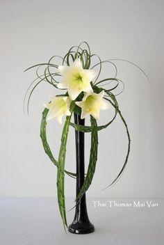 L'art floral japonais Ikebana, Thai Thomas Mai Van l'a dans la peau. Contemporary Flower Arrangements, Small Flower Arrangements, Flower Arrangement Designs, Ikebana Flower Arrangement, Ikebana Arrangements, Flower Vases, Flower Designs, Cactus Flower, Deco Floral