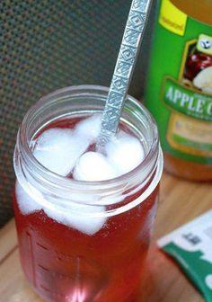 Apple Cider Vinegar Benefits Apple Cider Vinegar Refresher-Fit Mitten Kitchen - This Apple Cider Vinegar Green Tea Refresher is a wonderful detox drink with additional health benefits! Apple Cider Vinegar Remedies, Apple Cider Vinegar Benefits, Apple Coder Vinegar Drink, Detox Recipes, Tea Recipes, Shake Recipes, Health Recipes, Kitchen Recipes, Kitchen Hacks