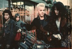 The Lost Boys behind the scenes. Billy Wirth (Dwayne), Chance Michael Corbitt (Laddie), Kiefer Sutherland (David) and Jami Gertz (Star). Lost Boys Movie, The Lost Boys 1987, Movie Tv, Lost Boys 2, Best Vampire Movies, The Flying Nun, Billy Wirth, Alex Winter, Real Vampires
